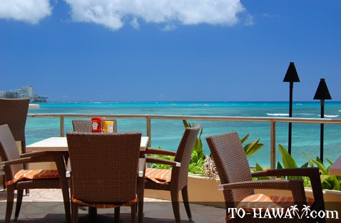 Oceanfront dining tables on Oahu