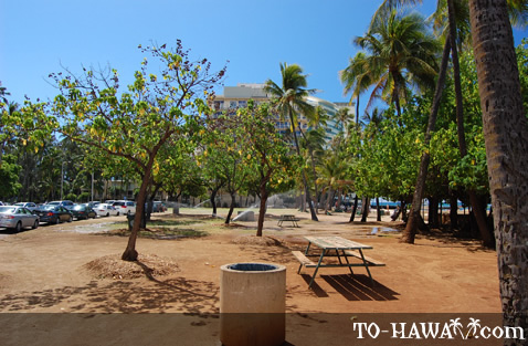 Kaimana Beach picnic table