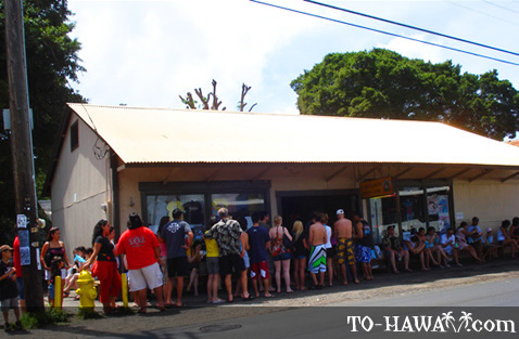 Popular Hale'iwa shave ice store