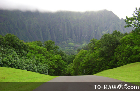 Road overlooking Ko'olau Mountains