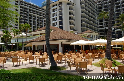 Oceanfront bar and restaurant in Waikiki